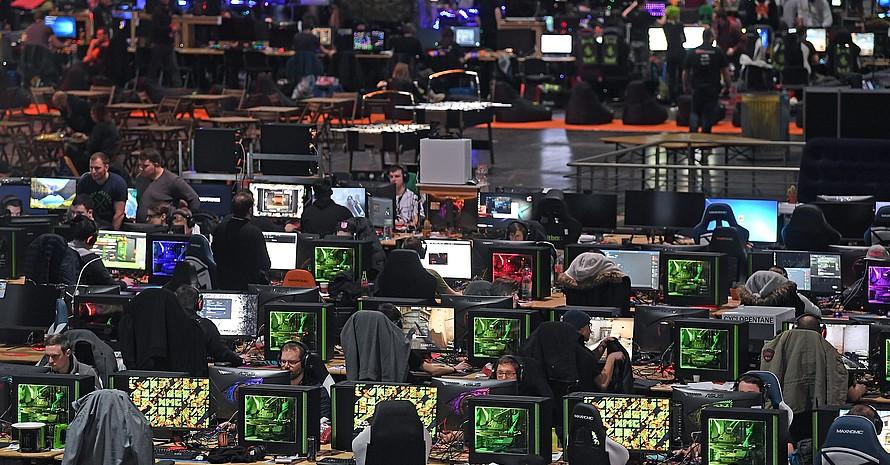 """Teilnehmer des eSport-Festivals """"Dreamhack"""" spielen Ende Januar 2018 vor den Bildschirmen ihrer Computer auf der Messe in Leipzig. Foto: picture-alliance"""