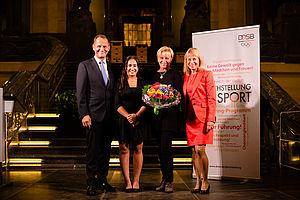 Die Preisverleihung 2016: DOSB-Präsident Alfons Hörmann (r.) und DOSB-Vizepräsidentin Petra Tzschoppe (l.) mit Nachwuchstrainerin Ghazal Seilsepour (2.v.r.) und Preisträgerin Ulla Koch.