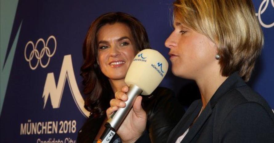 Katarina Witt (li.) und Verena Bentele sprechen am Montag (4.07.2011) bei einer Pressekonferenz in Durban (Südafrika). Foto: picture-alliance