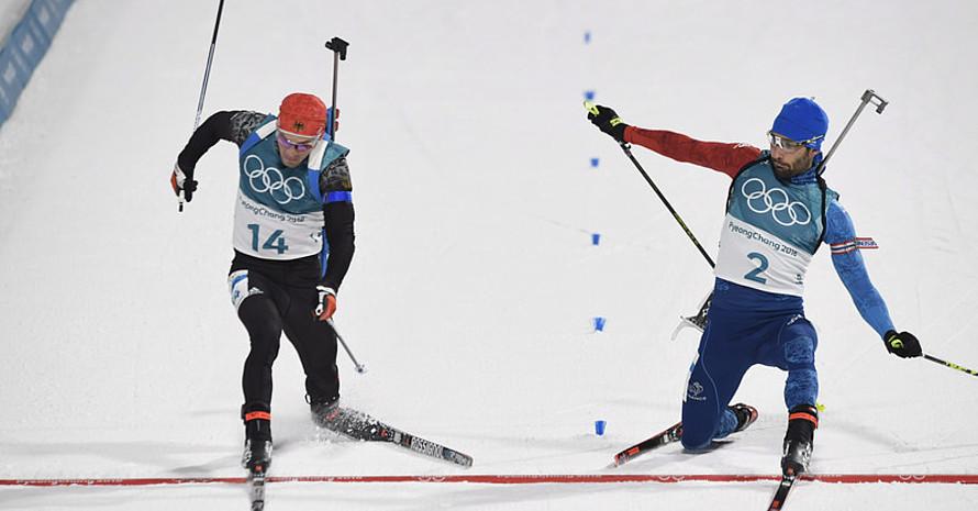 Zentimeterentscheidung: Simon Schempp und Martin Fourcade erreichen zeitgleich das Ziel, aber der Franzose hat die Fußspitze vor (Foto: Picture Alliance)