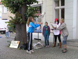 """Zeitungsbündelwerfen war eine Disziplin im Wettkampf um den Titel """"Deutschlands aktivste Stadt""""."""