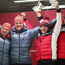 Zeitgleich nach vier Läufen: (von links) Francesco Friedrich und Anschieber Thorsten Margis feiern gemeinsam mit den Kanadiern Justin Kripps und Anschieber Alexander Kopacz den Olympiasieg (Foto: Picture Alliance)