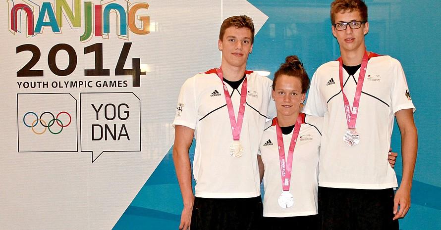Medaillen für die Schwimmer in Nanjing: Max Pilger, Julia Willers und Damian Wierling (v.l.).