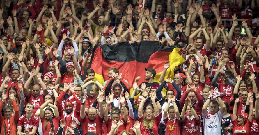 Deutsche und dänische Handball-Fans machen die La-Ola-Welle bei der WM 2019. Foto: picture-alliance