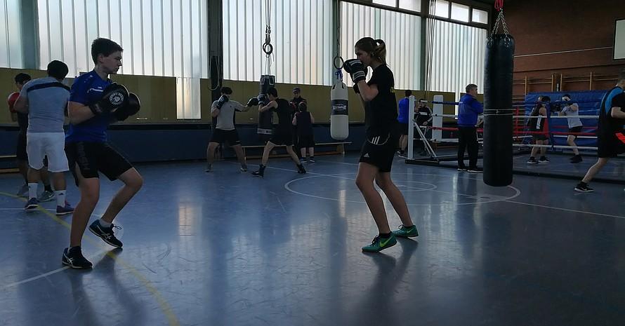 Junge Frauen trainieren mit jungen Männern