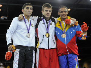 Artur Bril mit Elwin Isajew aus Aserbaidschan (l.) und Fradimil Macayo aus Venezuela (r.). Foto: SYOGOC