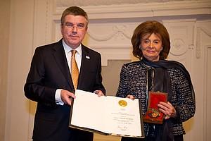 DOSB-Präsident Thomas Bach überreicht Charlotte Knobloch die DOSB-Ehrenmedaille und Urkunde. Foto: picture-alliance/Jan Haas