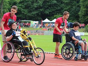 Volunteers schieben die Rollstuhlfahrer zu ihrem Startplatz bei den Special Olympics in Düsseldorf. Foto: SOD/Thomas Stolarczyk