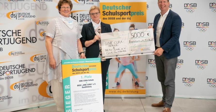 """Die Sieger beim Deutschen Schulsportpreis die SINE-CURA-Schule und der BRSV """"SINE-CURA"""" e.V. Quedlinburg vertreten durch Petra Klingner (BRSV """"SINE-CURA"""" e.V. Quedlinburg) und Eva-Maria Siegmund (Konrektor der SINE-CURA-Schule) mit Jan Holze, 1. Vorsitzender Deutsche Sportjugend. (v.l.). Foto: dsj"""