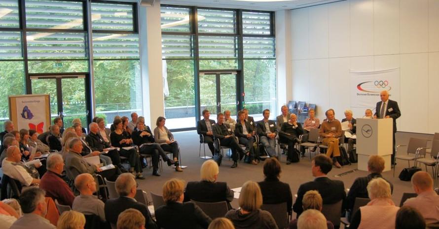 DOSB-Vizepräsidet Water Schneeloch hält in Seeheim-Jugenheim das Impulsreferat vor 120 Teilnehmern aus den DOSB-Mitgliedsorganisationen. Foto: DOSB.