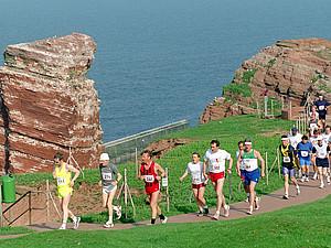 Beim Helgoland-Marathon wird die Insel viermal umrundet. Copyright: picture-alliance