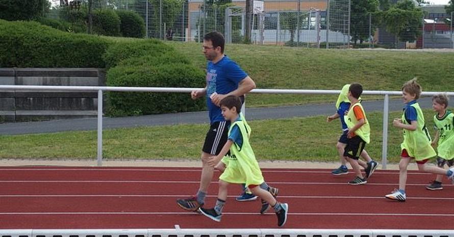 Grundschulleiter Hahn (blaues T-Shirt) läuft mit den Kids 'an' (die erste Runde). (Alle Fotos: Grundschule Herzogenaurach)