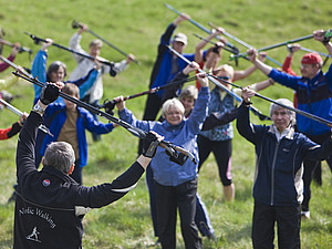 Aufwärmen beim Nordic Walking. Foto: picture-alliance