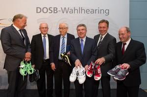 DOSB-Präsident Thomas Bach (3.v.r.) überreichte den Politikern Sportschuhe in Parteifarben. Foto. picture-alliance/Robert Schlesinger