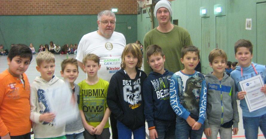 Julian Brandt und Lothar Mixa mit Schülern der Klassen 4b und 3c (Foto: privat/GGS)