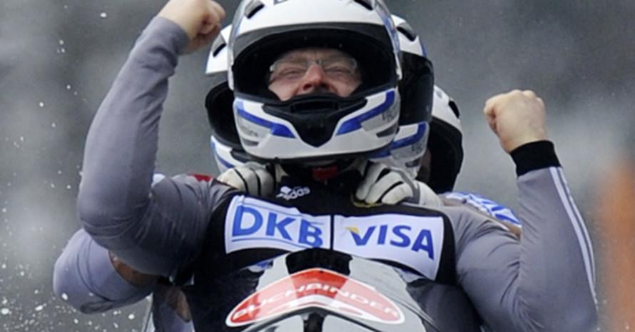 Manuel Machata jubelt nach dem vierten Lauf auf der Kunsteisbahn in Königssee. Foto: picture-alliance