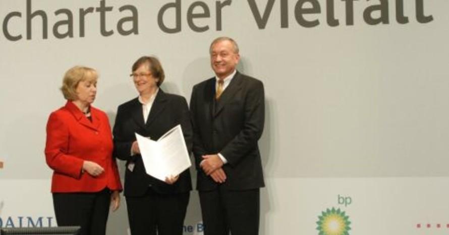 Unterschiedlichkeit als Chance wahrnehmen - dazu verpflichtet sich die Charta der Vielfalt. Unser Bild zeigt (v.li.) Staatsministerin Dr. Maria Böhmer, DOSB-Vizepräsidentin Ilse Ridder-Melchers, Vorstandsvorsitzender der Deutschen BP Dr. Uwe Frank