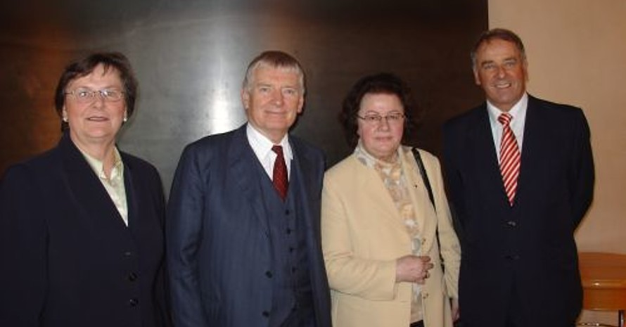 v.l.n.r: Ilse Ridder-Melchers (Vorsitzende des Bundesausschusses Frauen im Sport), Otto Schily (Bundesminister des Inneren), Prof. Dr. Waltraut Schöler (Vorsitzende der AfghanistanHilfe Paderborn), Adolf Ogi (Un-Sonderbeauftragter für Sport) (Foto: AfghanistanHilfe Paderborn)