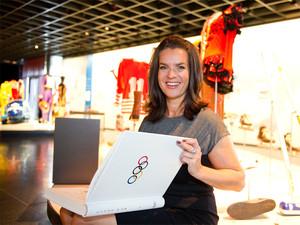 Katarina Witt trägt sich in das Goldene Buch des Olympischen Museums Lausanne ein. Foto: Getty