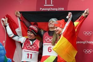 Maskottchen für die Medaillengewinner: Natalie Geisenberger (Mitte) und Dajana Eitberger (rechts) feiern mit der Kanadier Alex Gough (Foto: Picture Alliance)