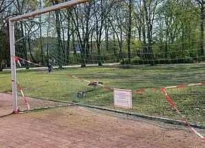 Alle Bolzplätze sind wegen des Coronavirus bis auf Weiteres geschlossen, steht auf dem Schild im Ostpark in Frankfurt. Foto: Böcker