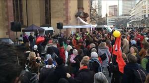 Frauen und auch Männer protestieren am V-Day in der Frankfurter Innenstadt tanzend gegen Gewalt an Mädchen und Frauen. Foto: DOSB