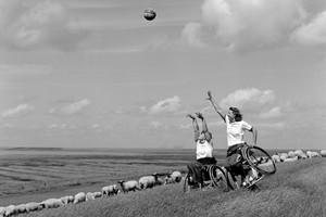 """Basketball in der freien Landschaft ist eines der 12 ausgezeichneten Monatsmotive des Kalenders """"Art of challenge 2008"""". Foto: Marc Theis"""