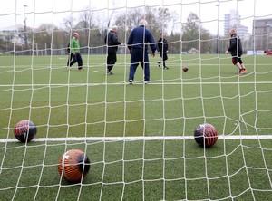"""""""Alte Herren"""" trainieren auf einem Kunstrasenplatz: Mehr als 6.000 kommunale und sportvereinseigene Kunststoffrasenspielfelder gibt es in Deutschland"""