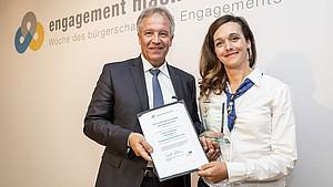 Andrea Harwardt mit Ralf Thomas von Volkswagen pro Ehrenamt Foto: BBE/ Jörg Farys