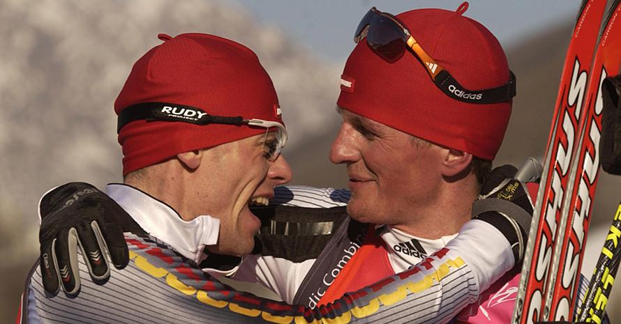 Die nordischen Kombinierer Georg Hettich (l.) und Sebastian Haseney freuen sich gemeinsam in Turin über den Olympiasieg von Hettich. Copyright: picture-alliance