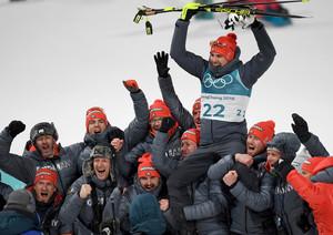 Olympiasieger werden auf Händen getragen: Arnd Peiffer inmitten seiner Biathlon-Mannschaft (Foto: Picture Alliance)