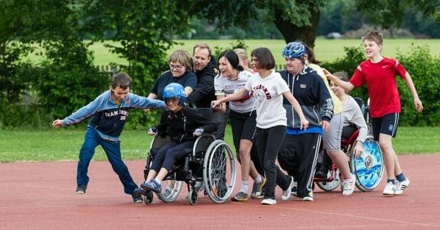 Menschen mit und ohne Behinderungen treiben gemeinsam Sport. Foto: Eugen Gebhardt
