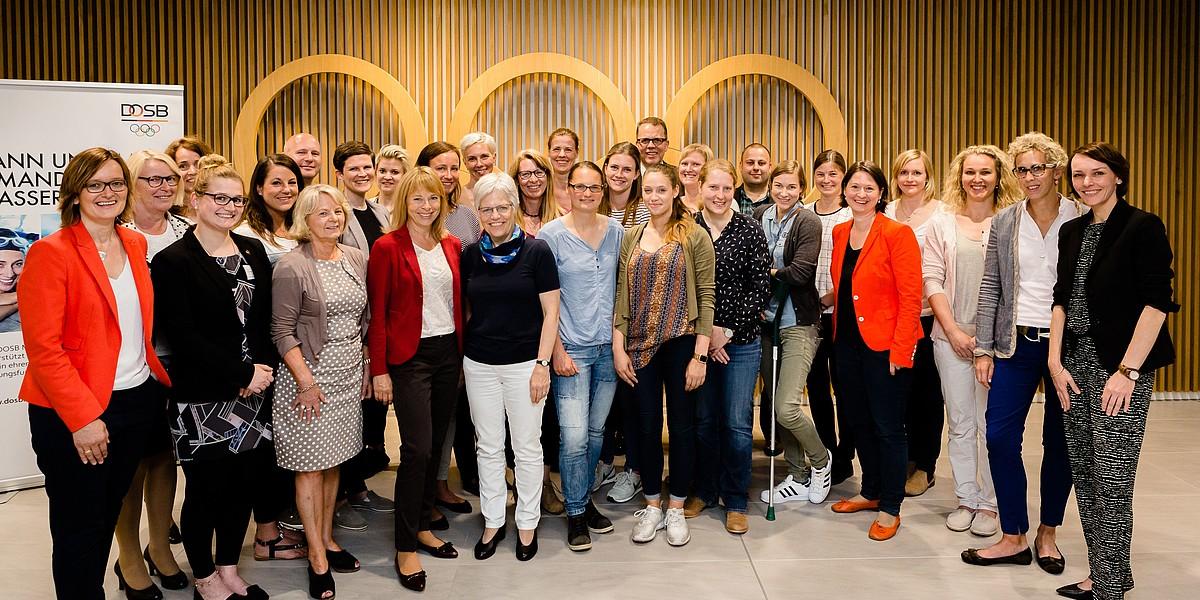 Die Gruppe der Mentees und Mentor/innen bei der Auftaktveranstaltung am 8./9. Juli 2016 in Frankfurt. Foto: bewahrediezeit.de