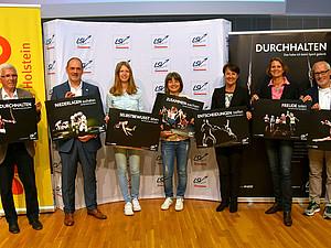 Die Talkrunden-Teilnehmerinnen und -Teilnehmer aus Sport, Schule und Wirtschaft präsentieren die ersten Motive der neuen LSV-Bildungsaktion. Foto: LSV Schleswig-Holstein/Stefan Arlt
