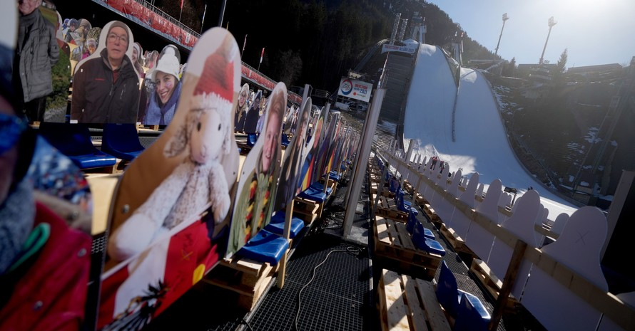 Pappkameraden blicken auf die Sprungschanzen-Anlage in Oberstdorf: Bei den Nordischen Weltmeisterschaften vom 23.2. bis 7.3.2021 sind echte Zuschauer nicht zugelassen. Foto: picture-alliance