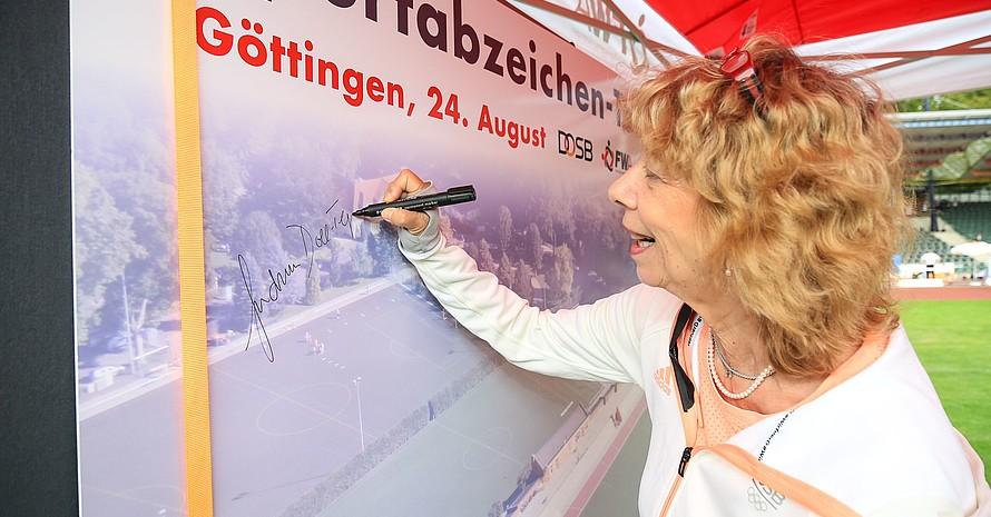 """DOSB-Vizepräsidentin Gudrun Doll-Tepper trägt sich beim achten Tourstopp ins """"Gästebuch"""" ein. Foto: Treudis Naß"""