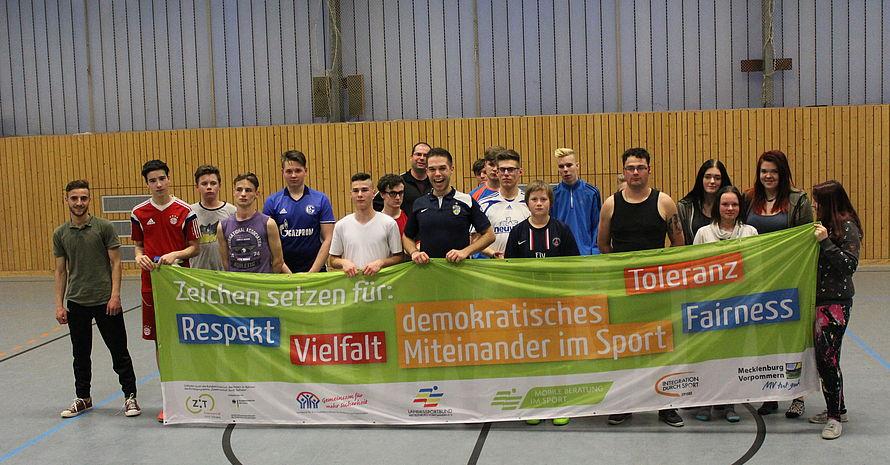 Teilnehmer setzen Zeichen für Vielfallt und demokratisches Miteinander im Sport. Foto: AWO-Fanprojekt Neustrelitz