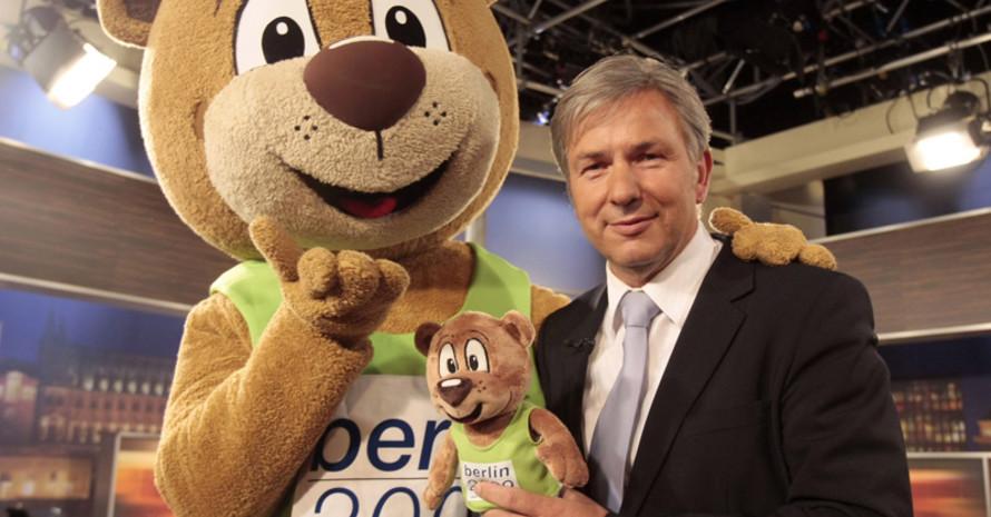 Maskottchen Berlino warb mit dem regierenden Bürgermeister von Berlin Klaus Wowereit für die WM 2009. Foto: picture-alliance