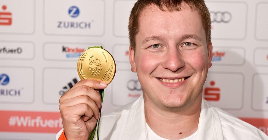 Christian Reitz feiert im Deutschen Haus in Rio de Janeiro seine Goldmedaille. Foto: picture-alliance