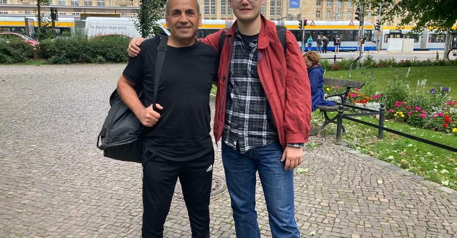 Mustafa und Tim vor dem Leipziger Hauptbahnhof
