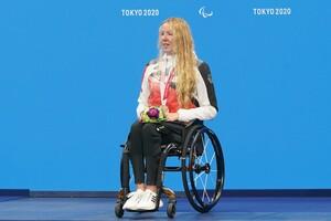 Sie kann es noch gar nicht fassen: Verena Schott bei der Siegerehrung in Tokio; Foto: picture-alliance