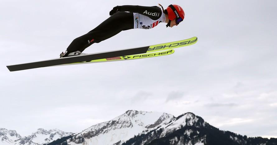 Katharina Althaus absolviert im Februar einen Trainingsflug auf der Sprungschanze von Oberstdorf. Foto: picture-alliance