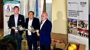 Von links nach rechts: Leiter des Leichtathletik-Langzeitprojekts in Bolivien Oliver Scheer (DOSB), Marco Luque (FAB), Gerardo Wille (Honorarkonsul). Foto: DOSB