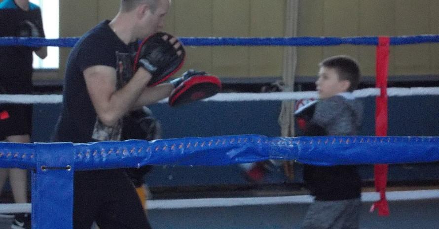 Valentin Gepper mit jungem Boxer