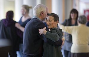 Älteres Paar tanzt Tango