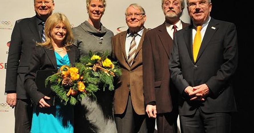 Mit der Ehrennadel für besondere Verdienste im Sport wurden geehrt (v.li): Kindermann, Wessinghage, Evers, Deister und Bücker. Thomas Bach gratuliert. Foto: Bowinkelmann