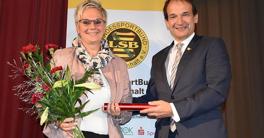 Andreas Silbersack übergibt den Staffelstab an die neue Präsidentin Silke Renk-Lange. Foto: LSB Sachsen-Anhalt