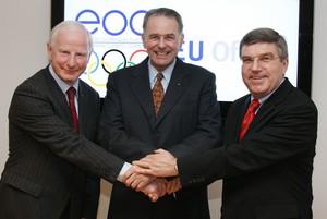 DOSB-Präsident Thomas Bach, IOC-Präsident Jacques Rogge und EOC-Präsident Patrick Hickey (v.re.) demonstrieren bei der Eröffnung des EOC EU Büros Einigkeit und Zusammenhalt. Foto: Alexander Louvet/EOC EU Office