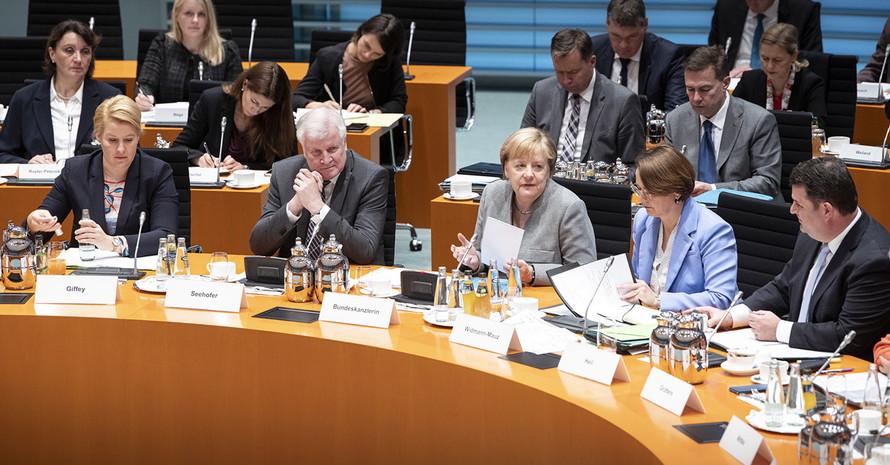 Kanzlerin Angela Merkel (mitte) beim Flüchtlingsgipfel. Foto: BPA Bergmann