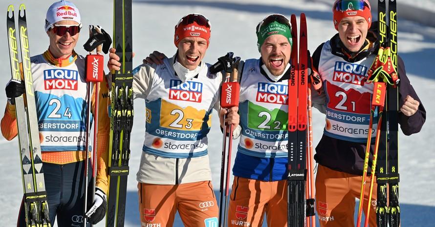 Vinzenz Geiger, Eric Frenzel, Fabian Riessle und Terence Weber (v.li.)  freuen sich über den zweiten Platz im Teamwettbewerb der Nordischen Kombination. Foto: picture-alliance